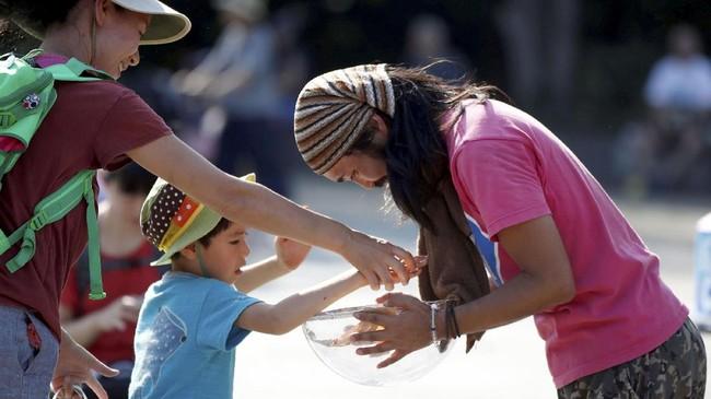 Beberapa dari mereka bahkan mendapatkan uang untuk bertahan hidup usai menampilkan tarian di depan publik. (REUTERS/Toru Hanai)