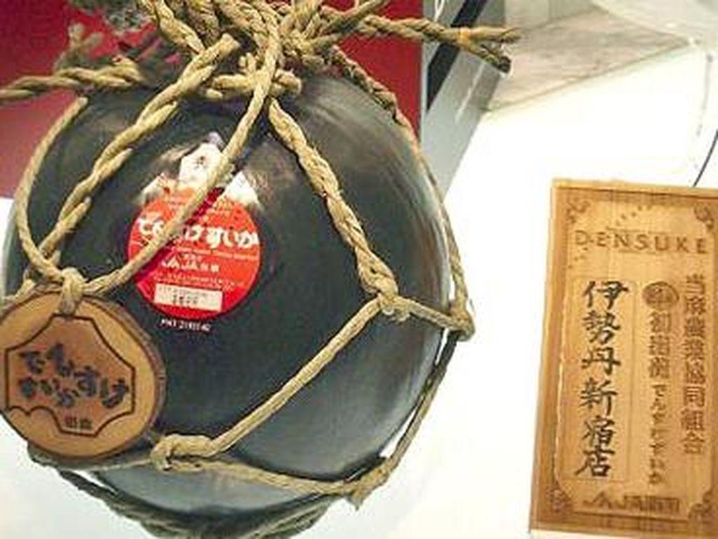 Ini menjadi salah satu makanan paling langka di dunia. semangka hitam yang tumbuh di Jepang bagian Utara, Hokkaido. Namanya Densuke Watermelon tapi rasanya mirip dengan semangka merah tapi lebih manis. Di tahun 2008, satu buah semangka di jual dengan harga $6100 atau sekitar Rp 80 juta. Ini bisa dikatakan sebagai semangka termahal di dunia. Foto: Istimewa