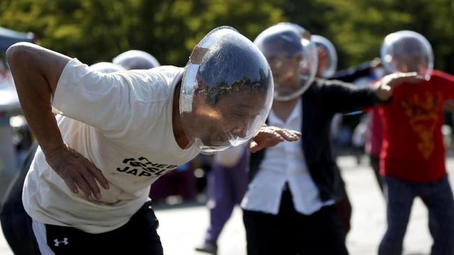 Banyak dari para anggota H Sokerissa yang meluapkan beban stres mereka dengan menari. Tak jarang, tarian itu kemudian menjadi bahan atraksi yang menguntungkan mereka. (REUTERS/Toru Hanai)