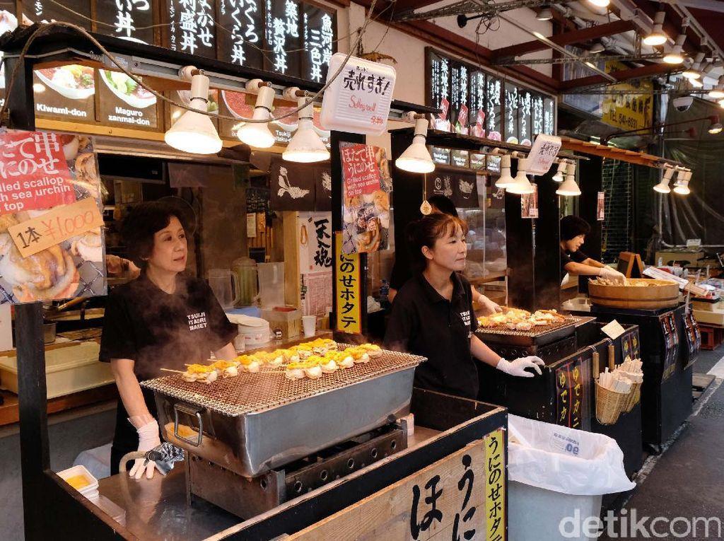Pasar ini menyajikan aneka hasil tangkapan ikan dan berbagai olahannya berupa makanan.
