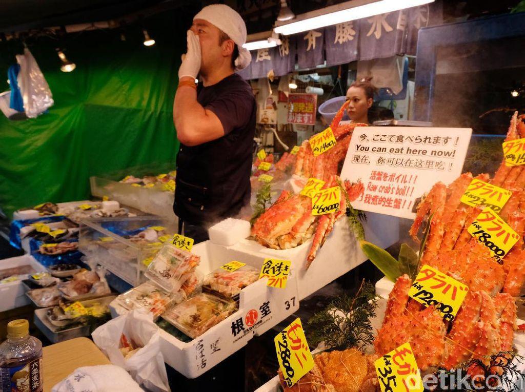Pasar ini dalam sehari bisa melelang 2.000-an ton lebih hasil laut dari berbagai penjuru dunia. Maka tak heran bila pasar ini selalu ramai dikunjungi wisatawan dan bisa dibilang surganya para pecinta Sushi.