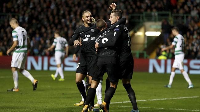 <p>Di Celtic Park, Glasgow, Paris Saint-Germain sukses melumat tuan rumah Glasgow Celtic 5-0. Terlihat pada pemain PSG merayakan gol keempat yang dicetak Mikael Lustig (Action Images via Reuters/Lee Smith)</p>