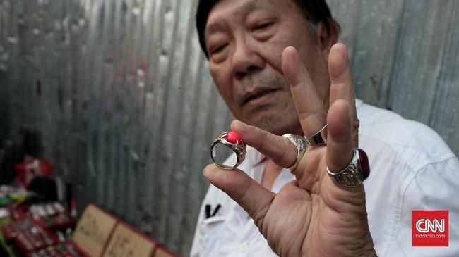<p>Yogi penyuka batu akik yang juga seorang guru tari tango ini, hampir tiap hari berburu batu akik murah meriah di kawasan pasar lama Jatinegara. Ia tidak memperdulikan keaslian batu akik. Asal suka, dia rela mengkocek kantongnya untuk membeli 5 sampai 10 batu akik tiap harinya. (CNN Indonesia/Andry Novelino)</p>