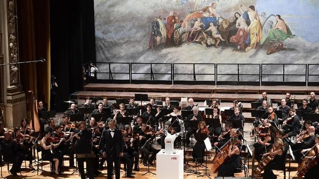 Acara ini dilangsungkan pada 12 September 2017, saat itu peniup serunai Andrea Griminelli dan penyanyi tenor Andrea Bocelli ikut dalam konser The Lucca Philharmonic Orchestra yang dipimpin oleh robot 'Yumi' untuk pertama kalinnya diThe Teatro Verdi di Pisa.