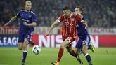 Raksasa Jerman, Bayern Munich, meraih kemenangan nyaman 3-0 atas Anderlecht setelah Sven Kums (kanan) mendapat kartu merah saat laga baru berjalan 11 menit karena melanggar Robert Lewandowski. (REUTERS/Michaela Rehle)