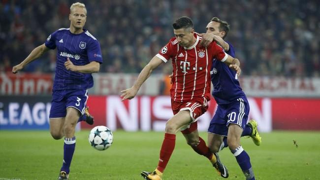 <p>Raksasa Jerman, Bayern Munich, meraih kemenangan nyaman 3-0 atas Anderlecht setelah Sven Kums (kanan) mendapat kartu merah saat laga baru berjalan 11 menit karena melanggar Robert Lewandowski. (REUTERS/Michaela Rehle)</p>
