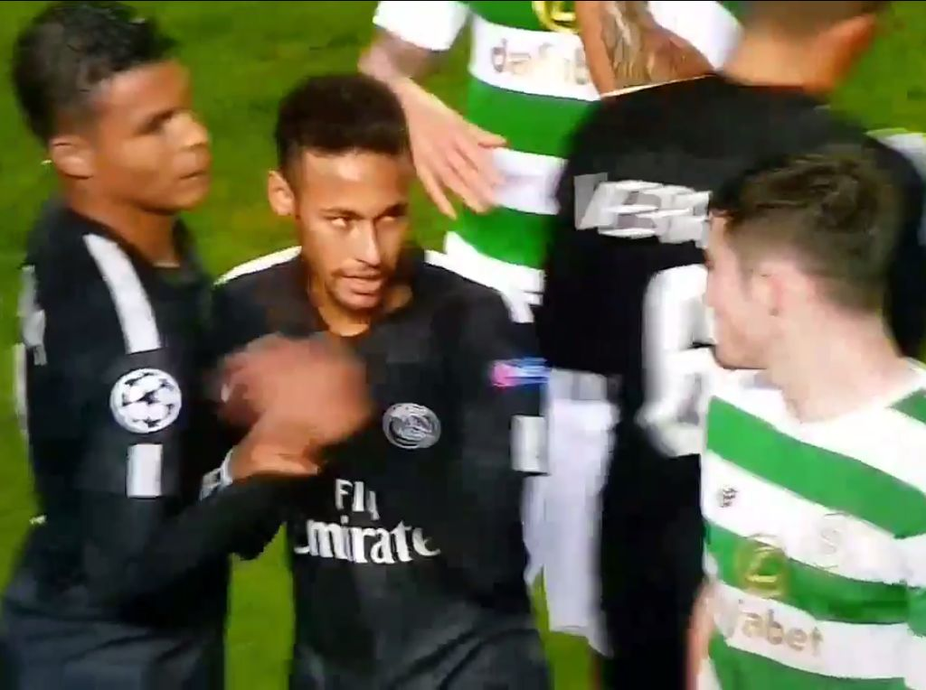 Ada sedikit ketengangan juga saat Neymar menolak uluran tangan Ralston untuk bersalaman di akhir pertandingan. (Foto: Screenshot BT Sport)