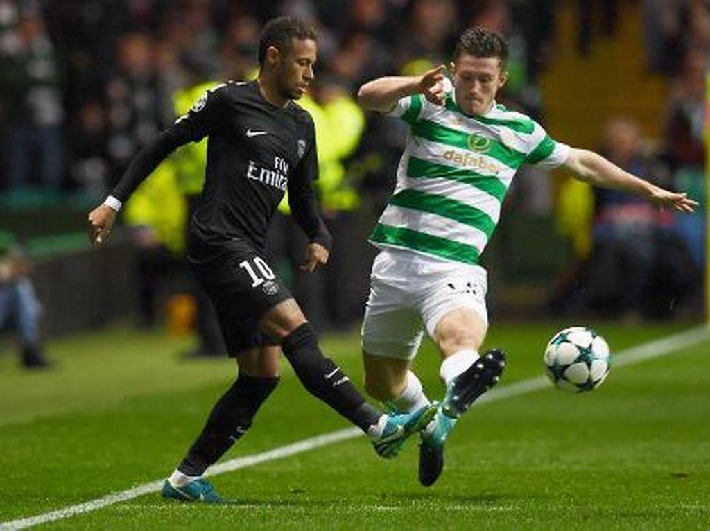 Akibat itu pula ada tensi panas di antara kedua pemain. (Foto: PAUL ELLIS/AFP PHOTO)