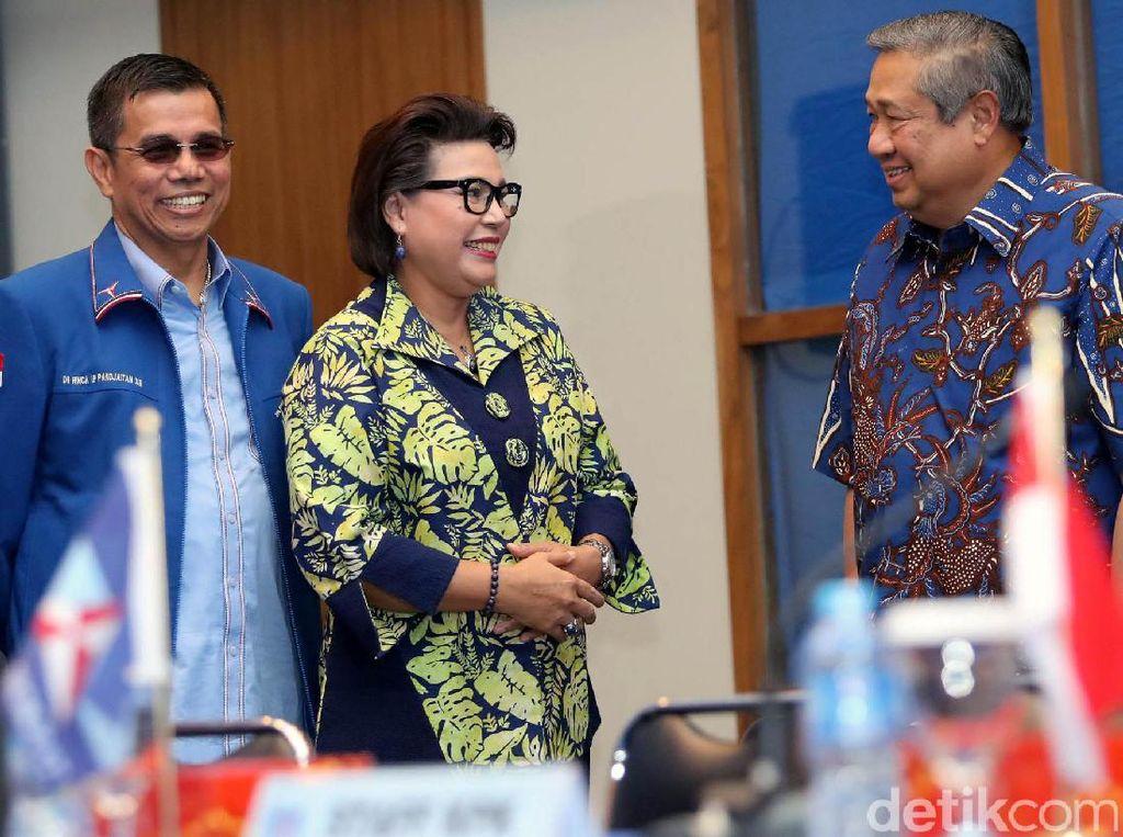 SBY berbincang dengan Wakil Ketua KPK Basaria Pandjaitan.