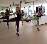 Shakira penyanyi sekaligus istri dari pemain sepak bola Gerrard Pique tetap bugar dan cantik karena kegemarannya berolahraga. Ada beberapa unggahan video saat dia bermain tenis, bermain basket bersama pasangannya, atau latihan fisik lainnya. (Foto: Instagram @shakira)