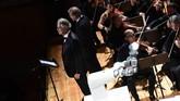 Robot rancangan ABB ini dilatih untuk mengikuti gerakan tangan Colombini, konduktor dari The Lucca Philharmonic Orchestra.