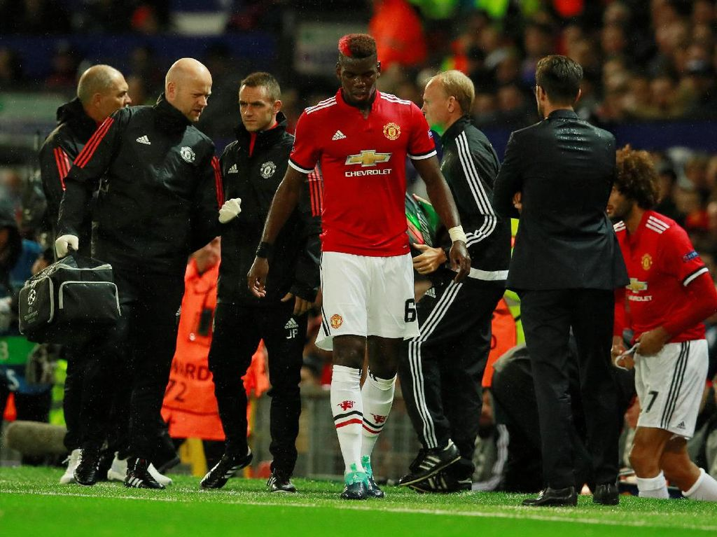 Pogba ditarik keluar, untuk kemudian digantikan oleh Marouane Fellaini. (Foto: Jason Cairnduff/Action Images via Reuters)