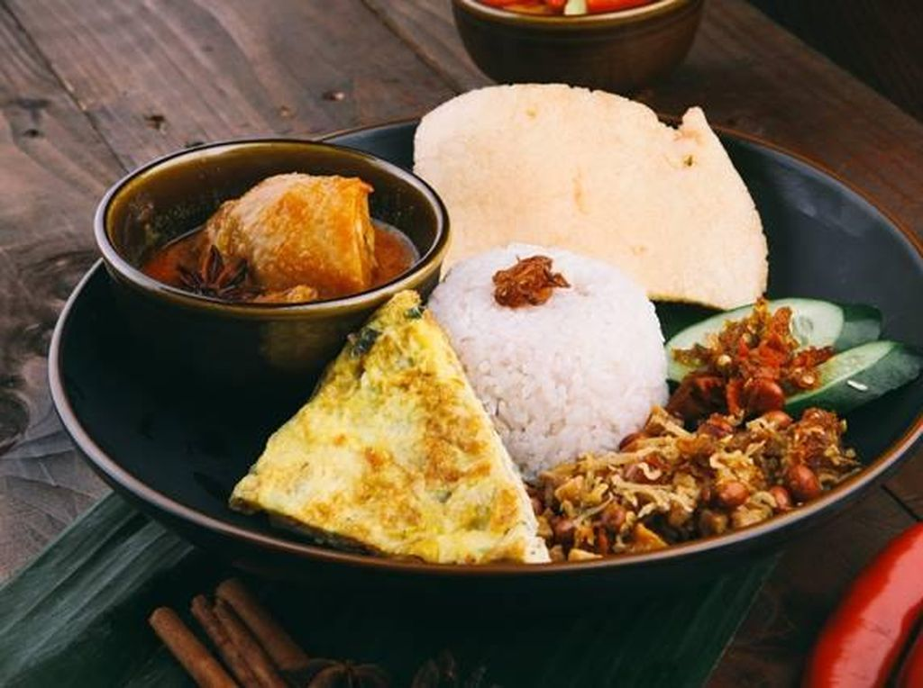 Yang ini nasi lemak buatan Penang Paradise. Lauknya bisa pilih gulai atau rendang. Semakin enak dimakan dengan telur dadar dan sambal. Foto: Penang Paradise
