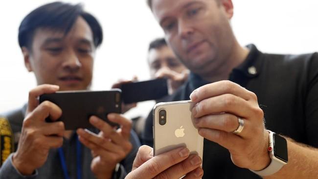 <p>Apple menyematkan kamera depan dengan resolusi 7 MP dengan fitur tambahan <em>Potrait Mode</em>dan<em>Potrait Lightning</em>untuk mendukung swafoto.(REUTERS/Stephen Lam)</p>