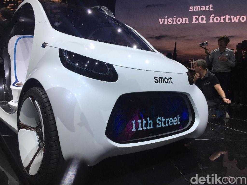 Mobil mungil Smart Vision EQ ForTwo diperkenalkan lebih dulu sebelum Project One muncul ke panggung.