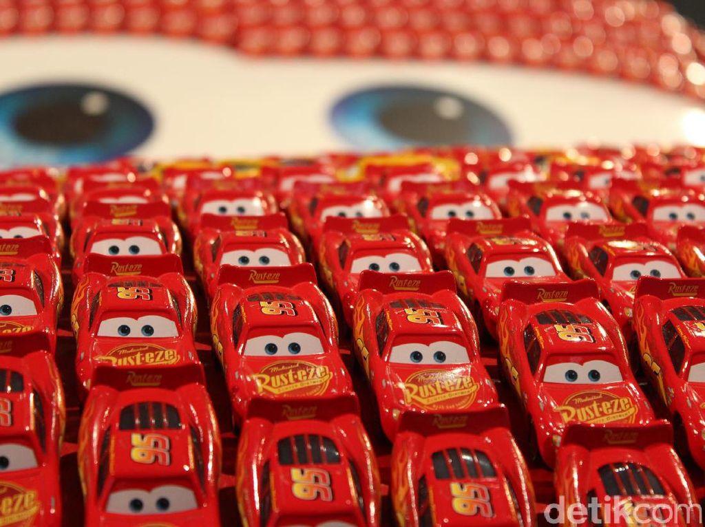 Namun yang membuatnya menarik adalah mobil ini terbuat dari 5.500 mobil-mobilan berukuran kecil yang disusun hingga membentuk karakter McQueen. Foto: AN Uyung Pramudiarja