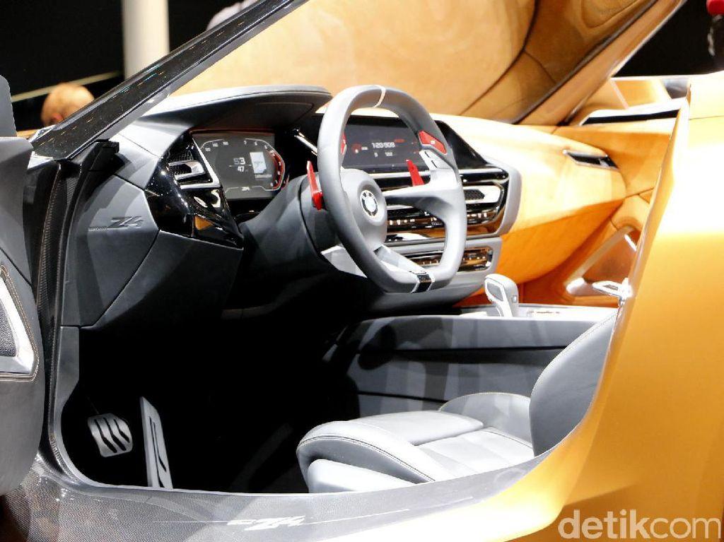 Interior BMW Z4 Concept didesain senada dengan eksterior roadster ini. Dengan skema warna yang sama dengan bagian eksterior, aksen krom digunakan untuk berikan kesan berkelas.