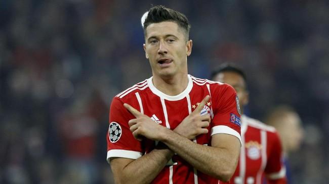 Robert Lewandowski merayakan gol penalti pada menit ke-12. Bayern Munich kemudian menambah dua gol lewat Thiago Alcantara dan Joshua Kimmich.(REUTERS/Michaela Rehle)