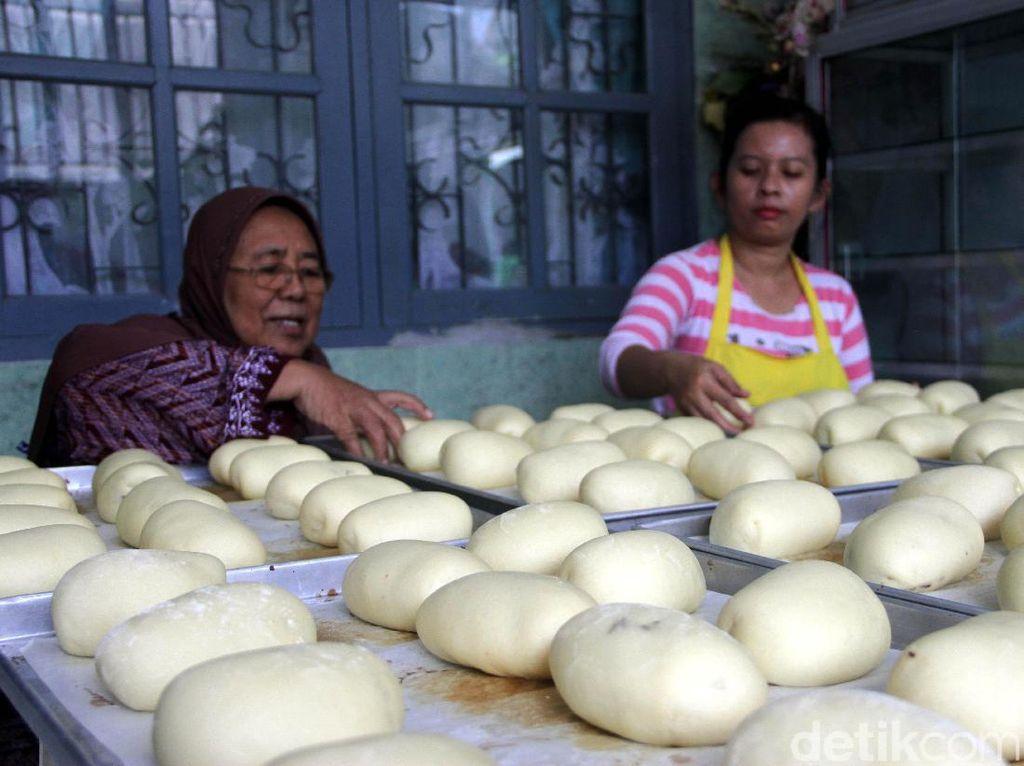 Setiap hari Orchid Bakery mampu memproduksi 500 roti berbagai jenis dengan omset mencapai 20 juta per bulan.