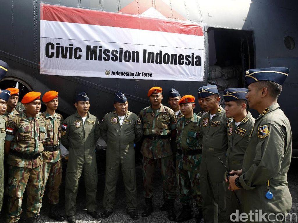 Para prajurit TNI melakukan koordinasi sebelum berangkat mengirimkan bantuan.