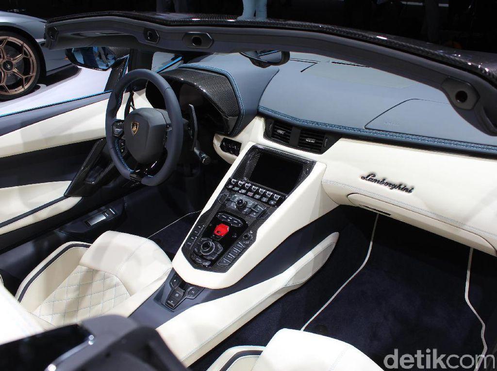 Mesin Lamborghini Aventador S atap terbuka itu dikawinkan dengan transmisi Independent Shifting Rod (ISR) tujuh percepatan.Foto: AN Uyung Pramudiarja