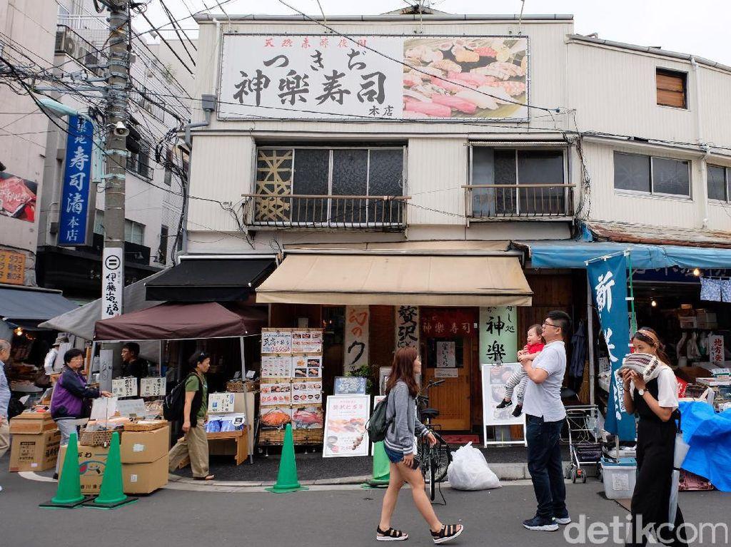 Tsukiji Fish Market berdiri di atas lahan bekas pangkalan militer Jepang di pinggir laut dan ditambah dengan tanah urukan reklamasi khusus untuk pasar yang dibangun selama 3 tahun lebih.