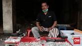 <p>Aldel Caniago, seorang pedagang batuk akik emperan di sekitar pasar Jatinegara lama yang masih bertahan. Ia memulai berdagang batu akik dari tahun 2014, profesi sebelumnya adalah pedagang jam tangan di tempat yang sama. (CNN Indonesia/Andry Novelino)</p>
