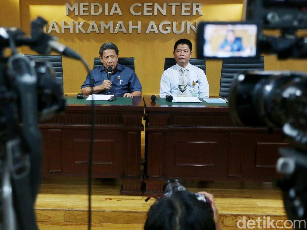 Juru Bicara MA Suhadi dan Kepala Biro Hukum dan Humas Mahkamah Agung Abdullah membacakan Maklumat MA di Jakarta, Rabu (13/9).