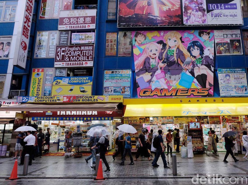 Meskipun tak sepenuhnya menjual mainan semata, Akihabara ini menjadi buruan pencari beragam kebutuhan elektronik yang cukup membludak setiap harinya dari beragam usia dan golongan.