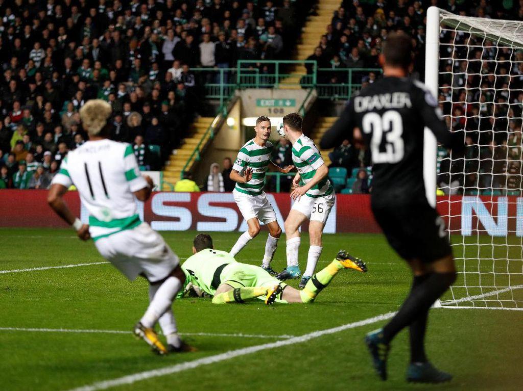 Parade gol trio MNC mendapat satu selingan. Bek Celtic, Mikael Lustig, melakukan gol bunuh diri usai salah mengantisipasi umpan Dani Alves pada menit ke-83. (Foto: Lee Smith/Reuters)