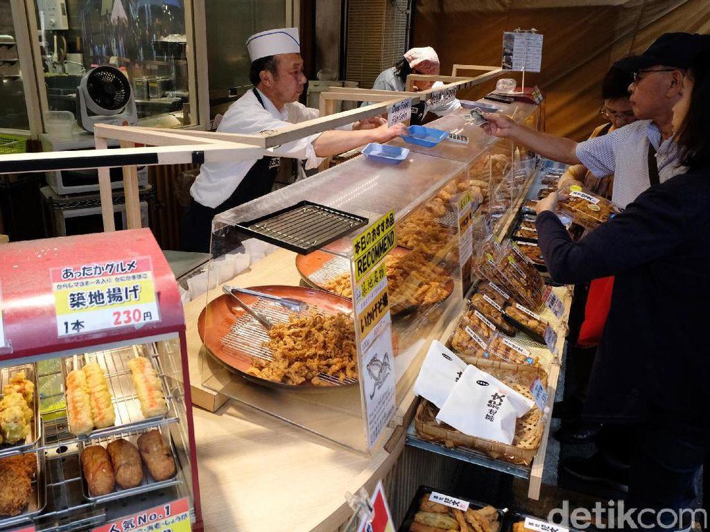 Di pasar ini kita bisa melihat berbagai macam hasil laut yang segar-segar. Tidak hanya itu, kita juga bisa mencicipinya langsung di Tsukiji Market karena ada banyak restoran yang menyediakan menu makanan ikan dan seafood segar. Hmmm, yummy...