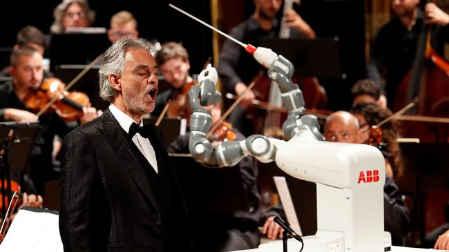 Dalam konser tersebut YuMi berhasil memimpin lagu klasik