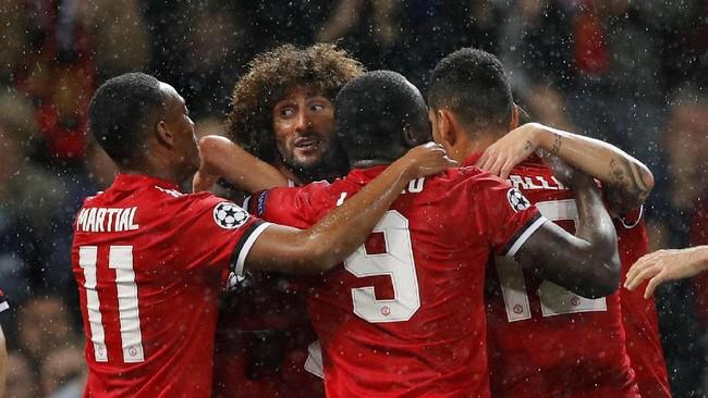 <p>Para pemain Manchester United merayakan gol pertama yang dicetak Marouane Fellaini pada menit ke-35. Gol Fellaini memecah kebuntuan MU. (REUTERS/Darren Staples)</p>