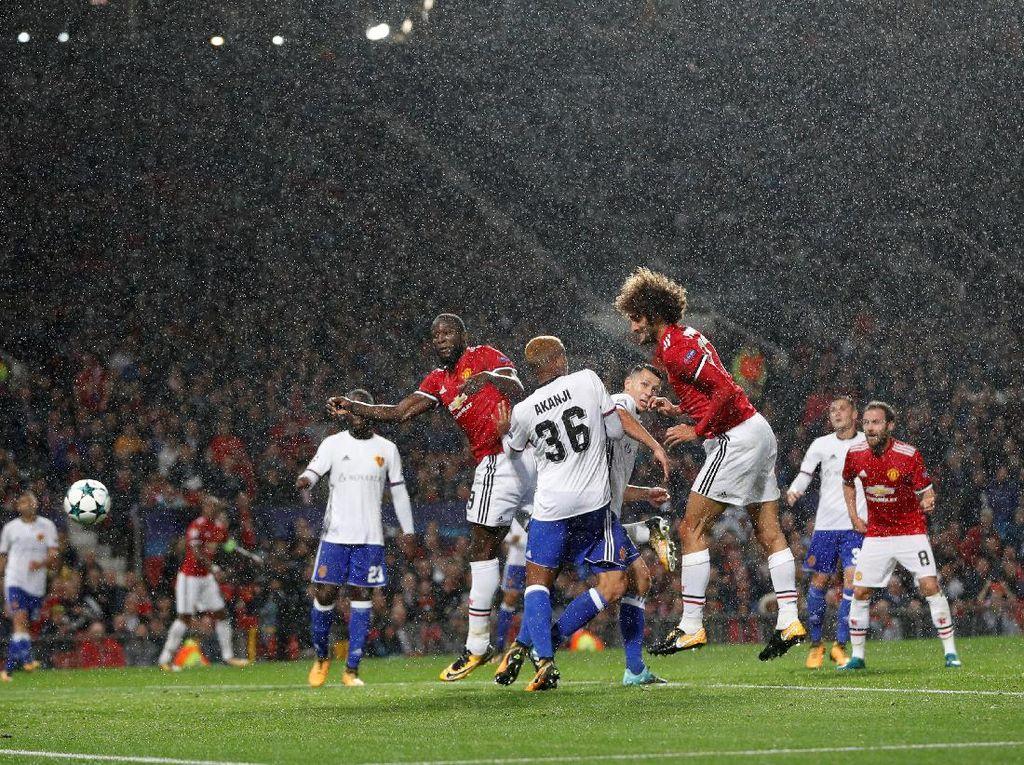 Bagusnya, Fellaini berhasil menghentak 16 menit kemudian setelah menjebol gawang Basel usai menanduk bola hasil umpan silang Ashley Young. (Foto: Darren Staples/Reuters)
