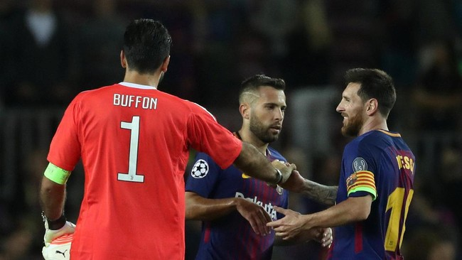 <p>Lionel Messi (kanan) bersalaman dengan kapten Juventus Gianlugi Buffon yang dua kali dia jebol gawangnya di Camp Nou. (REUTERS/Susana Vera)</p>