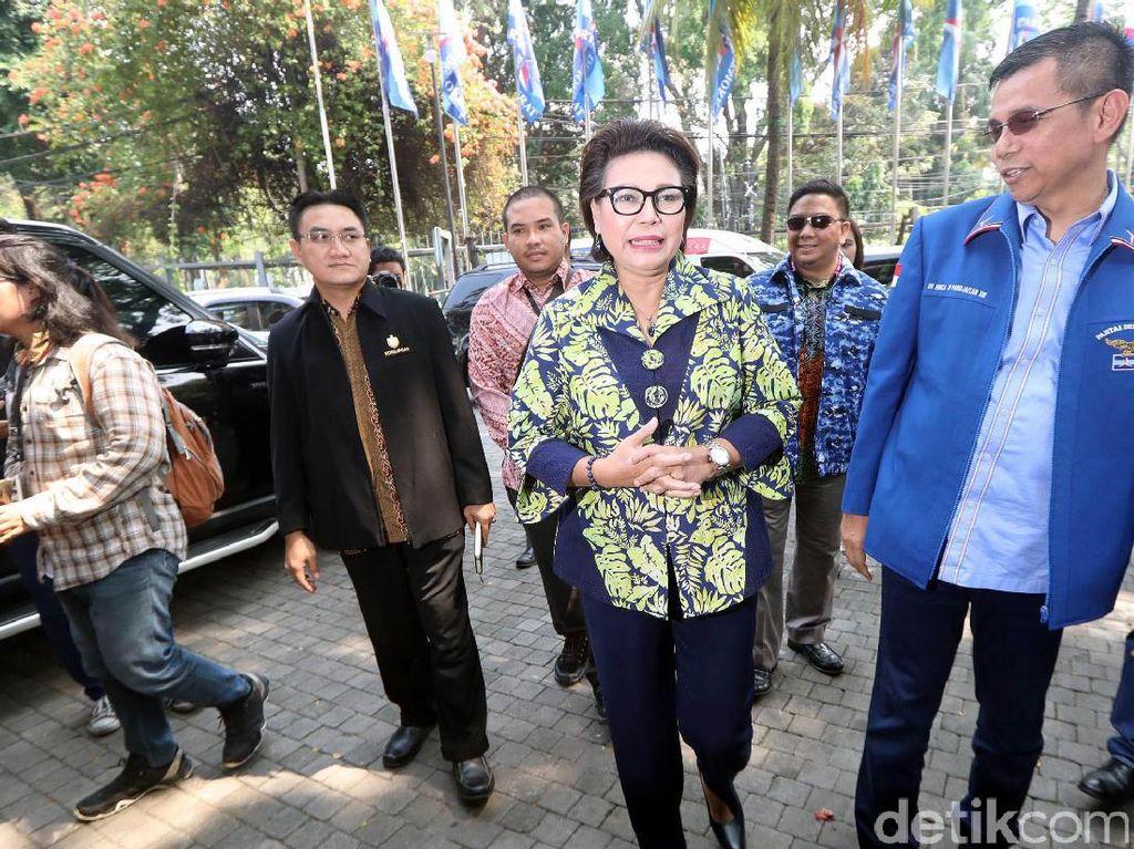 Basaria tiba di lokasi pukul 14.00 WIB di kantor DPP Demokrat, Jalan Proklamasi, Menteng, Jakarta Pusat. Sekjen Partai Demokrat Hinca Pandjaitan tampak menyambut Basaria.