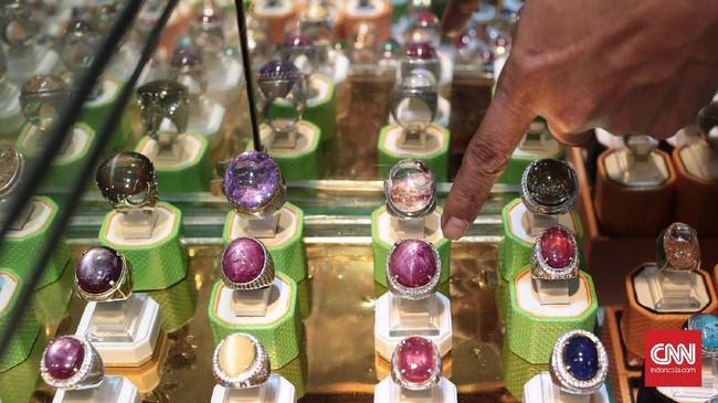 <p>Tren batu akik kini mulai tergantikan oleh batu mulia seperti Ruby, Safir dan lainnya. Batu mulia yang dijual di JGC Rawa Bening kebanyakan import dari Myanmar, Afrika, Australia dan China. (CNN Indonesia/Andry Novelino)</p>