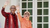 <p>Namun, sang suami, Mohamed Abdullah, berhasil meyakinkan anak-anak mereka sehingga akhirnya mendukung keputusan Halimah untuk ikut pemilu tahun ini. (Reuters/Edgar Su)</p>