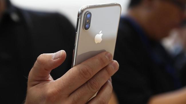 <p>Apple 'hanya' membenamkan kamera belakang beresolusi 12 MP saja, namun dengan kualitas gambar yang lebih tajam dan akurat dari generasi sebelumnya. (REUTERS/ Stephen Lam)</p>