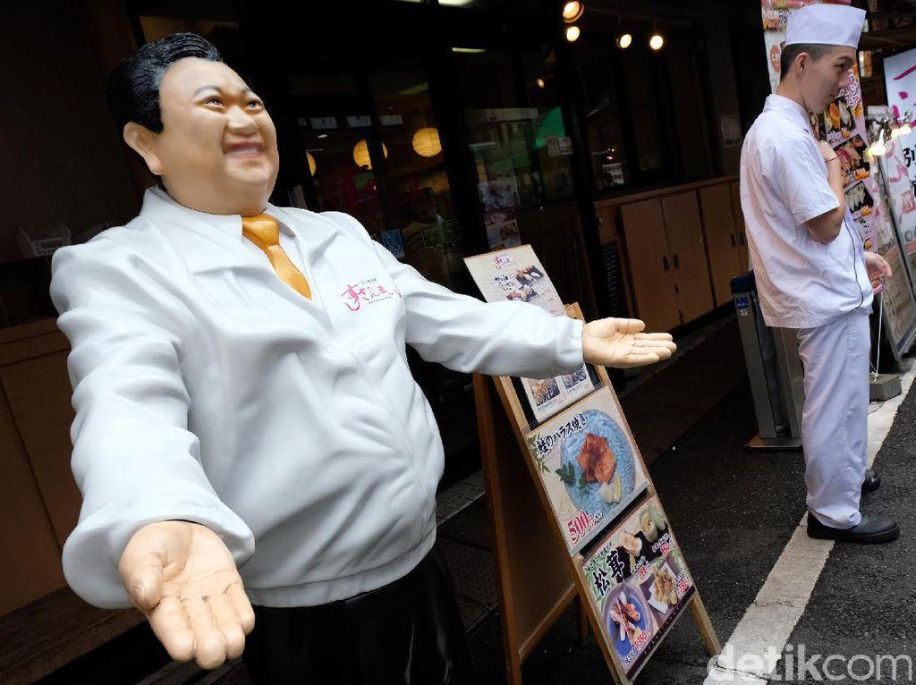 Tsukiji market tutup pada hari Rabu (satu atau dua kali dalam sebulan) dan hari Minggu serta Hari besar nasional dan tahun baru.