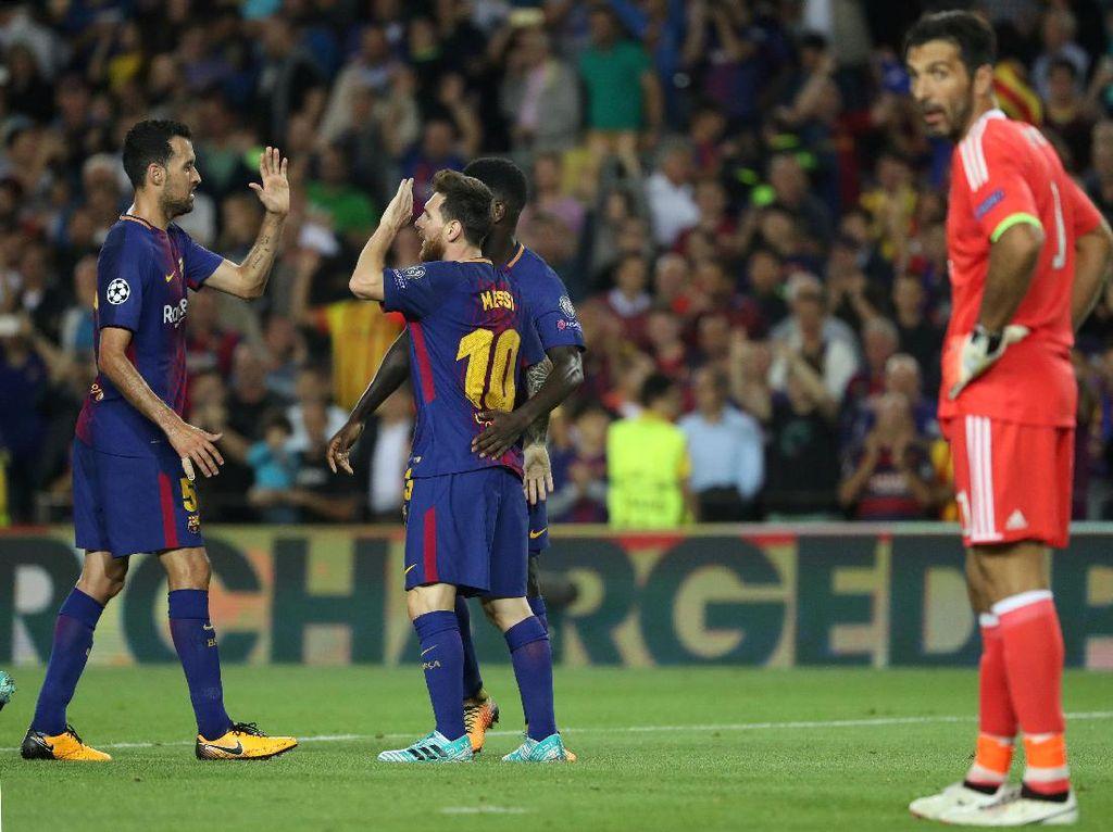 Messi merayakan gol ketiga Barca bersama Sergio Busquets. Sementara itu, Buffon tampak kecewa setelah gawangnya jebol untuk ketiga kalinya. Foto: Susana Vera/Reuters