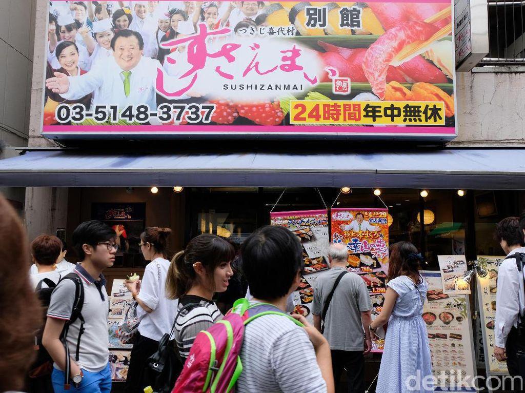 Tsukiji Fish Market selalu ramai oleh turis.