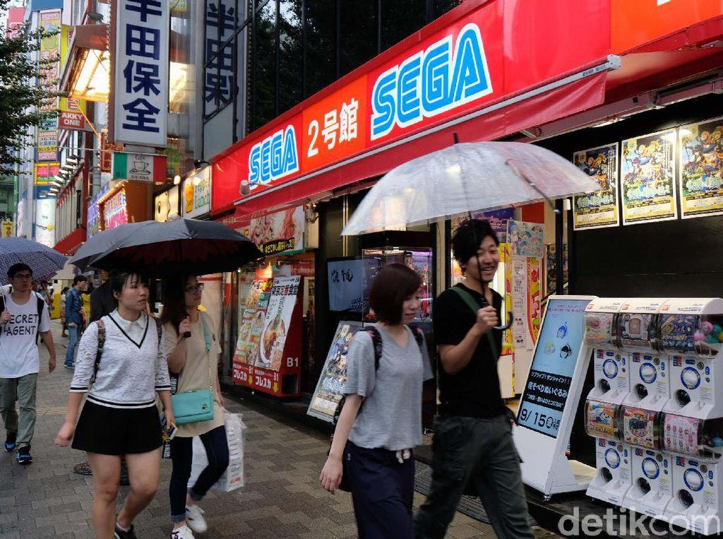 Ada Banyak ratusan toko-toko berjejer disekitar jalan tersebut yang menyediakan beragam kebutuhan. Mulai dari mainan hingga kebutuhan barang elektronik.