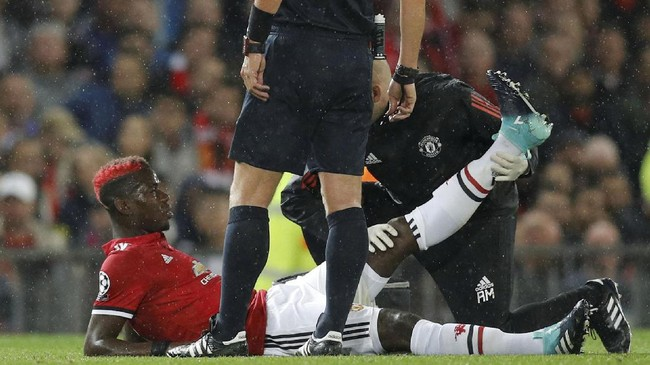 Kemenangan besar Manchester United harus dibayar mahal karena Paul Pogba mengalami cedera dan ditarik keluar saat laga baru berjalan 19 menit. (Action Images via Reuters/Jason Cairnduff)