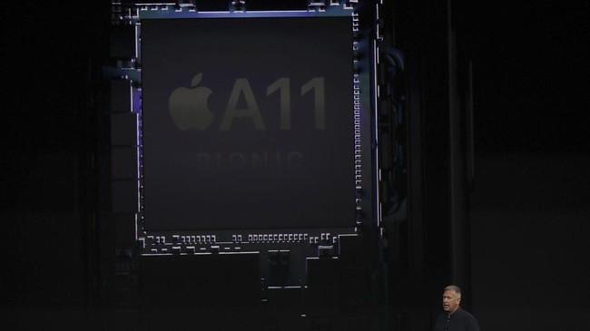 <p>Untuk pertama kalinya, Apple juga menggunakan cipset bionicA11 hexa-core dengan arsitektur 64-bit. Cip ini pula yang membuat iPhone X mendukung teknologi <em>augmented reality</em>(AI). (Justin Sullivan/Getty Images/AFP)</p>