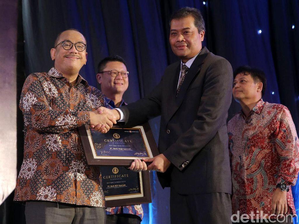 Direktur Bank Mega Syariah Yuwono Waluyo menerima penghargaan Indonesia Banking Award 2017 Kategori Best Banking In Productivity.