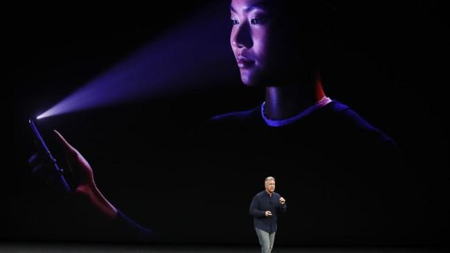 <p>Sebagai pengganti tombol Touch ID, Apple kini mengadopsi teknologi pendeteksi wajah Touch ID untuk membuka kunci layar bahkan di pencahayaan yang redup. (REUTERS/Stephen Lam)</p>