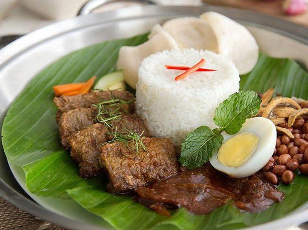 Satu lagi tempat makan nasi lemak enak, Madam Rich. Varian terfavoritnya nasi lemak dengan rendang yang nikmat. Foto: Madam Rich