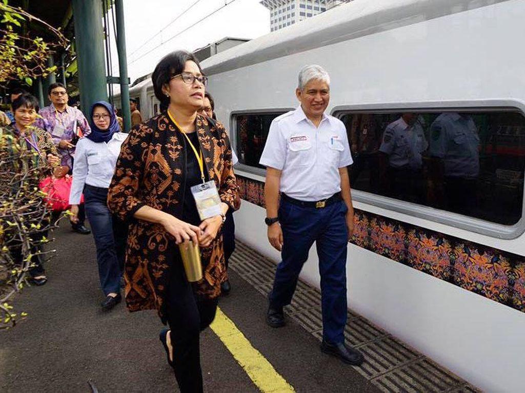 Sri Mulyani berjalan menuju kereta yang akan membawanya ke Bandung. (Dok. Facebook Sri Mulyani)