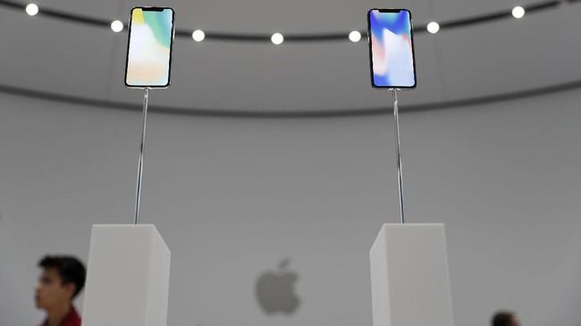 <p>Apple menghadirkan desain ponsel nyaris tanpa bingkai pada iPhone X dan absennya tombol 'home' di bagian layar depannya. Disamping itu, untuk pertamanya kalinya iPhone X menggunakan layar OLED. (REUTERS/Stephen Lam)</p>